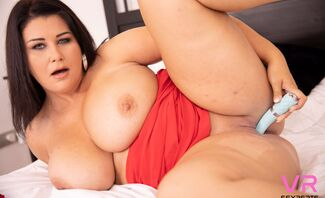 Big Bobies BBW Show On The Bed Featuring Laura Booblock